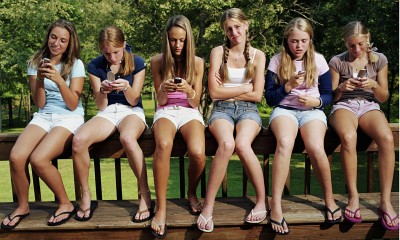 Girls-on-mobile-phones-014